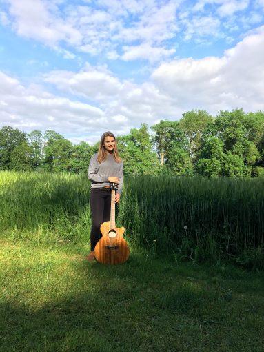 Magdalena Rabuser mit Gitarre